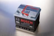 Akumulator bezobsługowy naładujemy prostownikiem.