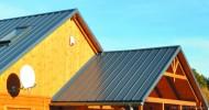 Pokrycie dachowe z prawidłowo wykonaną obróbką szczytową i przyścienną. Fot. Blachy Pruszyński